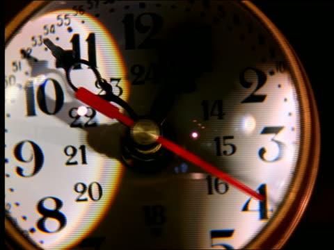 vídeos de stock, filmes e b-roll de extreme close up distorted clock face turning - enfoque de objeto sobre a mesa