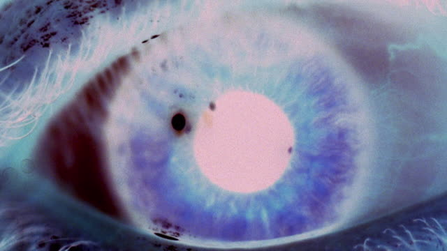 stockvideo's en b-roll-footage met extreme close up eye blinking with pupil dilating and expanding - cross processen