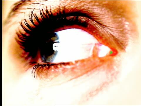 vídeos de stock e filmes b-roll de overexposed extreme close up eye looking around + blinking - super exposto