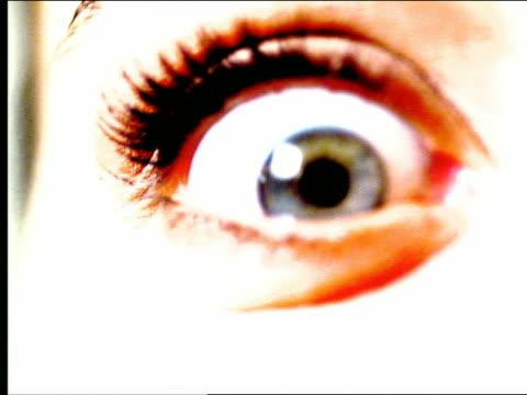 vídeos de stock, filmes e b-roll de overexposed extreme close up eye looking around + blinking - superexposto