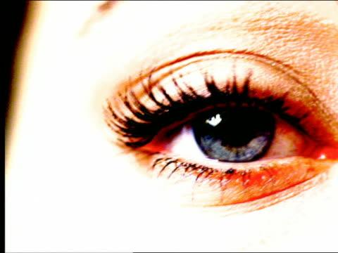 vídeos de stock, filmes e b-roll de overexposed extreme close up eye looking up + down - superexposto