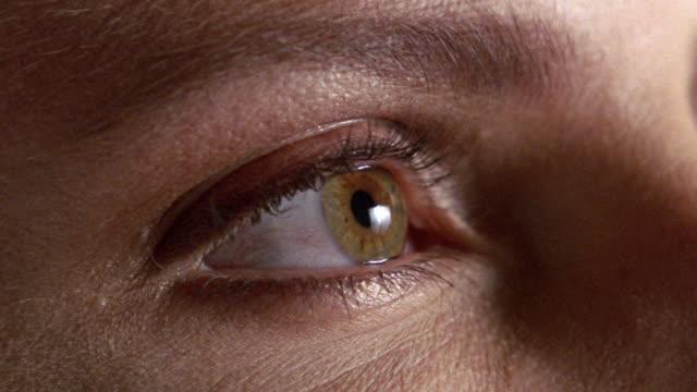 stockvideo's en b-roll-footage met extreme close up eye opening - met de ogen dicht