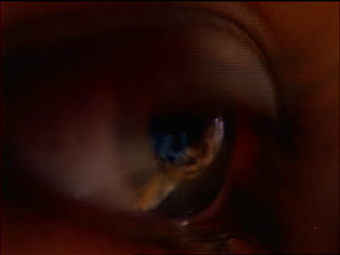 vídeos de stock, filmes e b-roll de extreme close up light reflections in eye of woman - olhos verdes