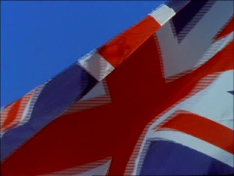stockvideo's en b-roll-footage met extreme close up of british flag blowing in wind - alle vlaggen van europa