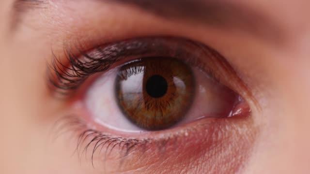stockvideo's en b-roll-footage met extreme close up of caucasian millenial's iris - natuurlijk haar