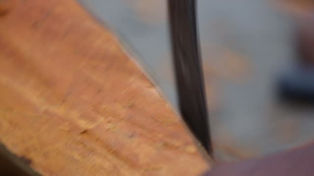 stockvideo's en b-roll-footage met extreme close up of chisel hitting wood, sound included - carving craft product