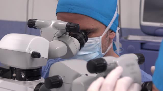 極端に動作の眼科医のクローズ アップ - 顕微鏡点の映像素材/bロール