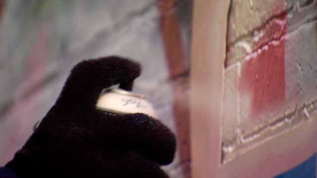 vídeos de stock e filmes b-roll de extremo close-up de um spray de graffiti pode - grafite produto artístico