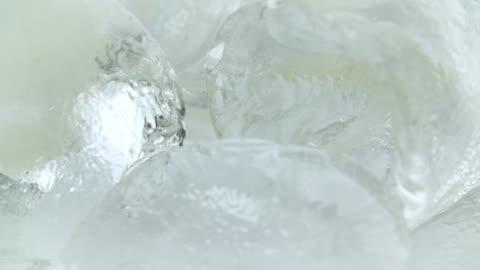 vidéos et rushes de extreme close up of ice cubes - innocence
