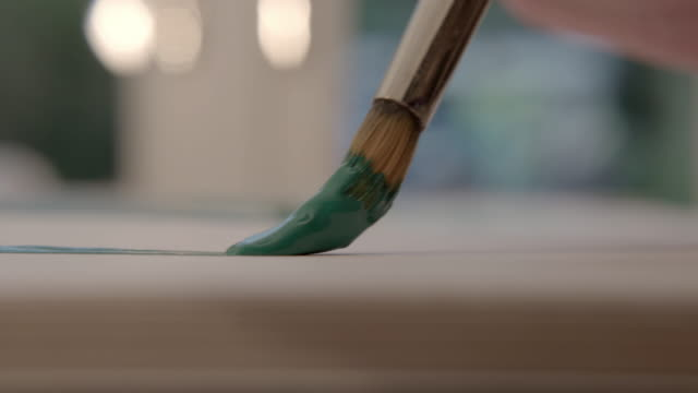 stockvideo's en b-roll-footage met extreme close up of paint brush on paper, artist painting - kunstenaar