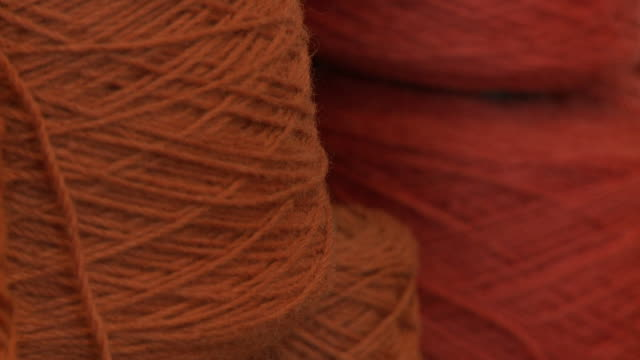 extreme close up of red weaving yarn - wolle stock-videos und b-roll-filmmaterial