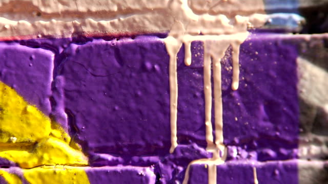 vídeos de stock e filmes b-roll de extremo close-up de spray de graffiti arte pode escorrer - grafite produto artístico