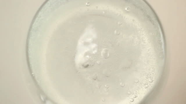 extreme close up of vitamin pill putting into glass - auflösen stock-videos und b-roll-filmmaterial