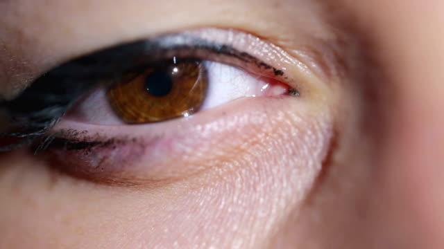 極端に女性の目のクローズ アップ - 茶色点の映像素材/bロール