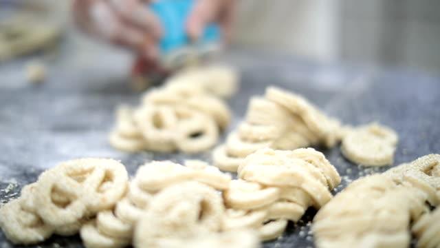 vídeos de stock, filmes e b-roll de extremo close-up de pretzels de gergelim mulher making - sesame