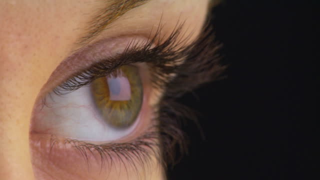 extreme close up of woman's eye - まつげ点の映像素材/bロール