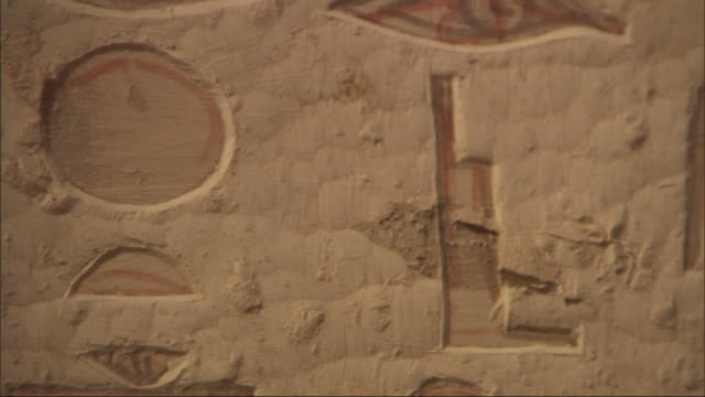 extreme close up, pan-right - hieroglyphics are carved into a wall / egypt - 壁画点の映像素材/bロール