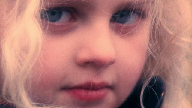 vídeos de stock, filmes e b-roll de extreme close up pan portrait young blonde girl's face with blue eyes / prague, czech republic - cabelo louro