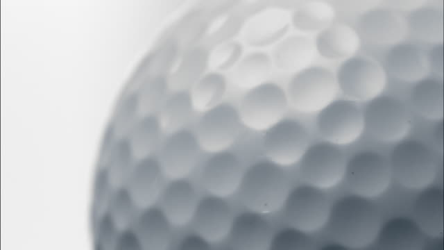 vidéos et rushes de extreme close up rotating golf ball - balle de golf