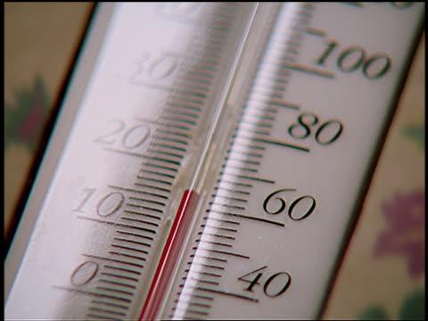vídeos de stock, filmes e b-roll de extreme close up time lapse mercury rising in thermometer - enfoque de objeto sobre a mesa