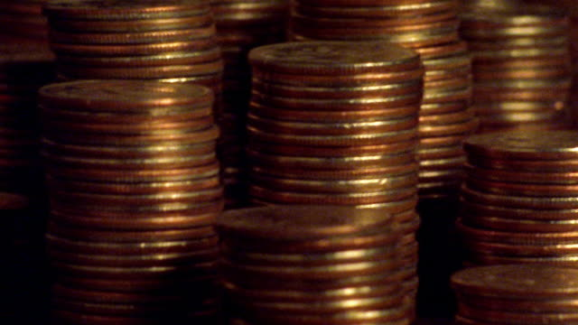 stockvideo's en b-roll-footage met extreme close up time lapse stacks of coins magically decreasing in size - vermindering