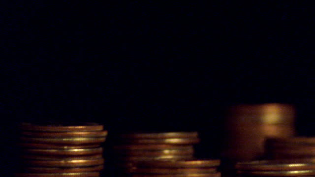 stockvideo's en b-roll-footage met extreme close up time lapse stacks of coins magically increasing in size - stapelen
