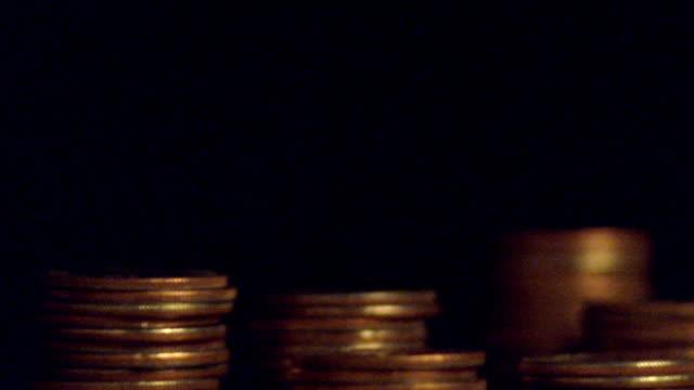 vídeos y material grabado en eventos de stock de extreme close up time lapse stacks of coins magically increasing in size - apilar