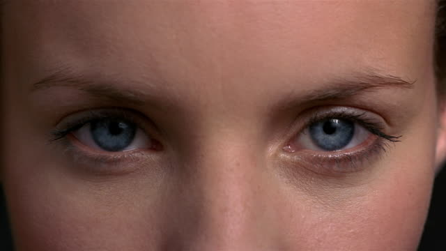 vídeos de stock e filmes b-roll de extreme close up woman looking at cam / blinking / london - piscar