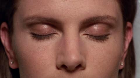 vídeos y material grabado en eventos de stock de extreme close up woman opening her eyes - ojos cerrados
