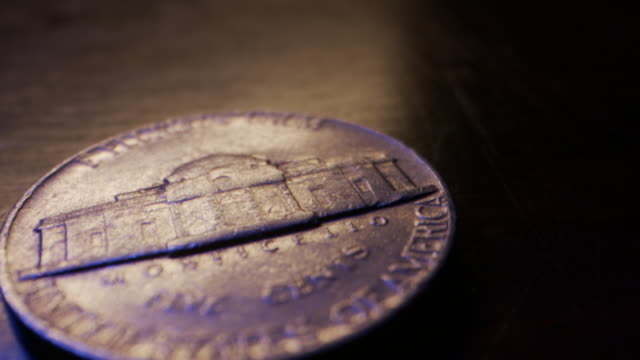 stockvideo's en b-roll-footage met extreme close-up macro moving slider shot van amerikaanse valuta nikkel ter waarde van 5 cent - vijf dollarcent
