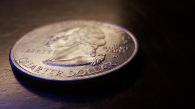 vidéos et rushes de extreme close-up macro moving slider shot of the front of an american quarter dollar currency coin - hôtel de la monnaie