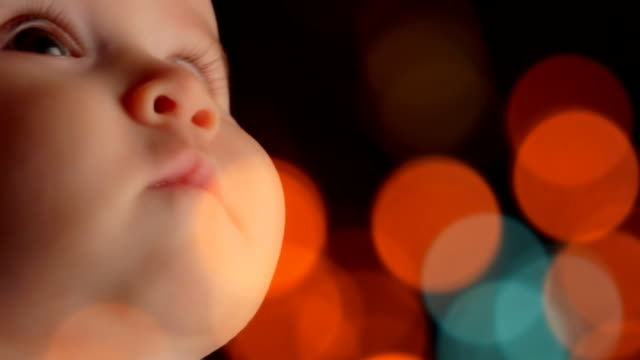stockvideo's en b-roll-footage met extreme close-up of a baby - nieuwsgierigheid