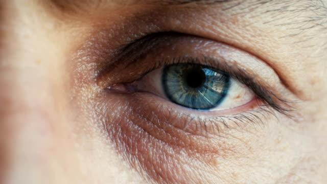 vídeos de stock, filmes e b-roll de close-up extremo dos olhos de um homem olhando para a câmera - primeiríssimo plano
