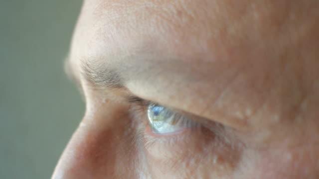目をそらす男の目の極端なクローズアップ - 横顔点の映像素材/bロール