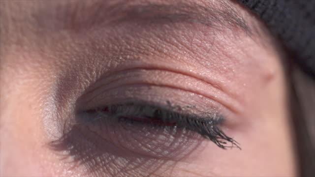 vídeos de stock, filmes e b-roll de extreme close-up of a woman eye blinking. - piscar atividade