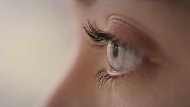 vídeos de stock, filmes e b-roll de close-up extremo do olho humano azul - olhos azuis