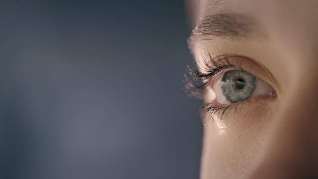 extreme nahaufnahme von blue human eye - blinzeln stock-videos und b-roll-filmmaterial