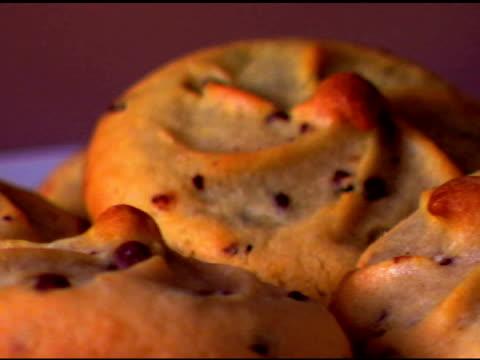 vídeos de stock, filmes e b-roll de extreme close-up of cookies rotating on a plate. - equipamento doméstico