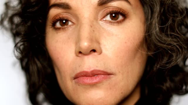 vídeos de stock e filmes b-roll de extreme close-up of mature woman with brown eyes - sério