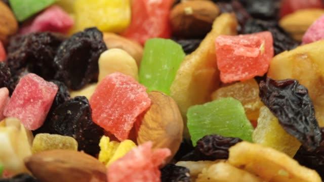 vídeos de stock e filmes b-roll de extreme close-up of mixed dried fruits and nuts - fruto seco