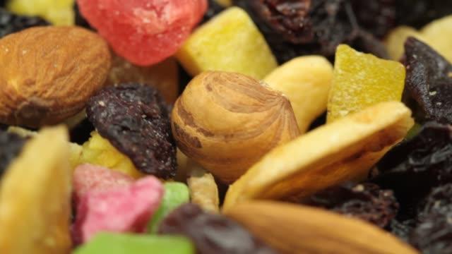ミックスドライフルーツとナッツの極端なクローズアップ - ピスタチオナッツ点の映像素材/bロール