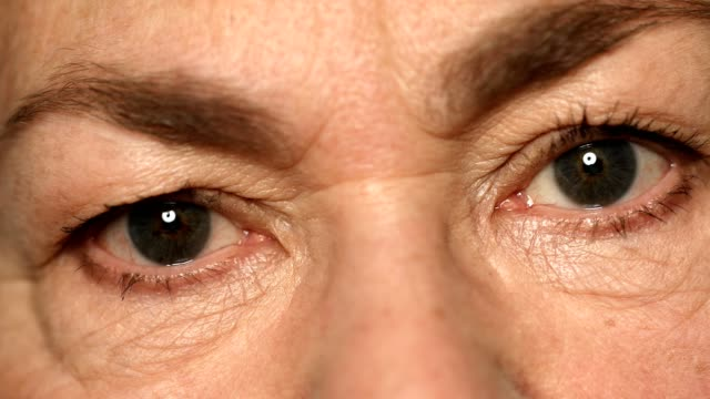 vídeos y material grabado en eventos de stock de extreme close-up of senior mujer con ojos grises - arrugado