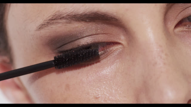 vidéos et rushes de extreme close-up of woman applying mascara to top lashes - mascara