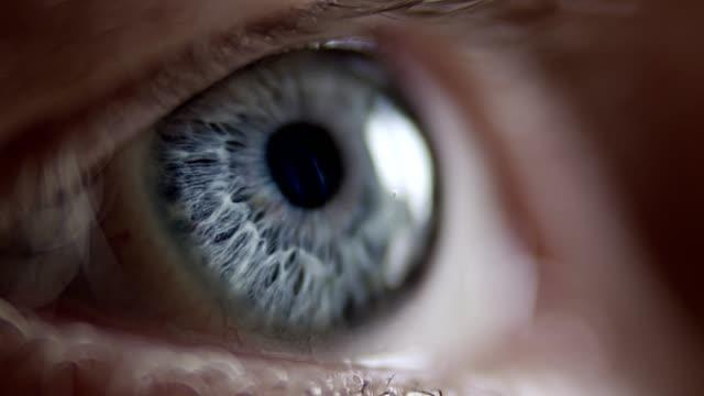 stockvideo's en b-roll-footage met extreme close-up op blauw menselijk oog - opticien