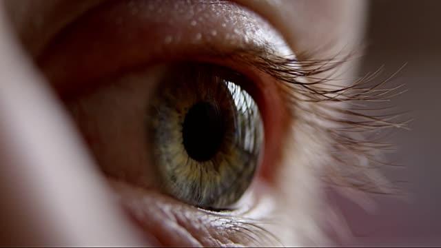 vídeos de stock, filmes e b-roll de close up extremo no olho humano azul - perto de