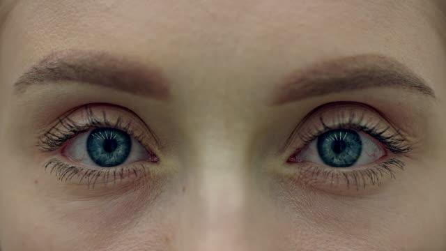 vidéos et rushes de plan rapproché extrême sur l'œil humain bleu - près de