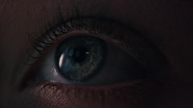 vídeos de stock, filmes e b-roll de close-up extremo no olho humano azul - olhos azuis