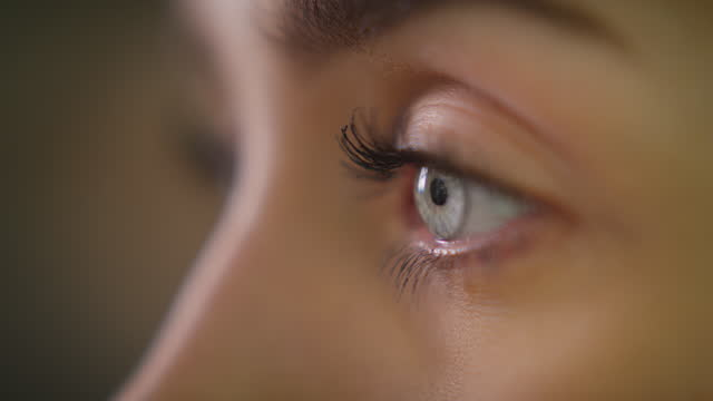 extreme nahaufnahme auf hellblauem auge. schönes weibliches gesicht - jugendkultur stock-videos und b-roll-filmmaterial