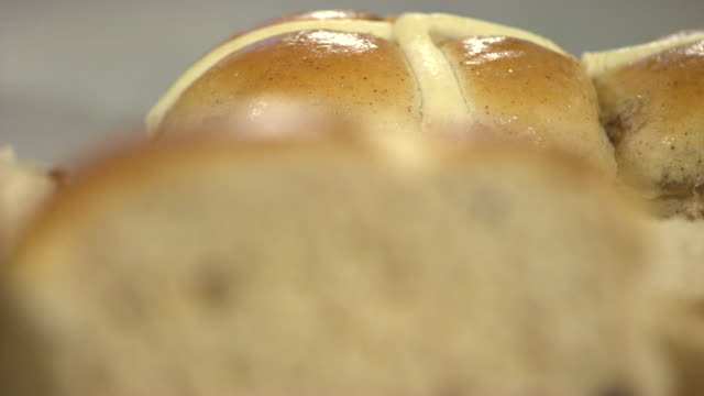 vídeos y material grabado en eventos de stock de extreme close-up sequence showing freshly baked hot cross buns, uk. - al horno