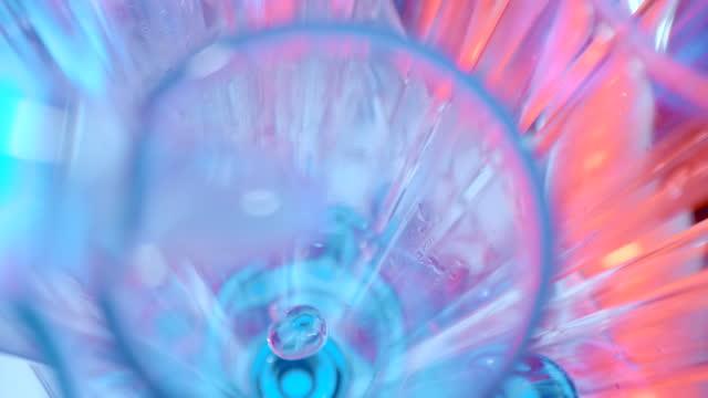 super slo mo extreme nahaufnahme von tropfender flüssigkeit in ein reagenzglas - mikrobiologie stock-videos und b-roll-filmmaterial